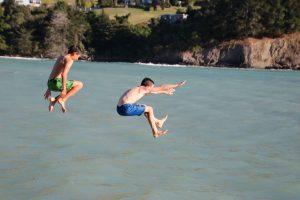 Afb jongens springend van hoogte