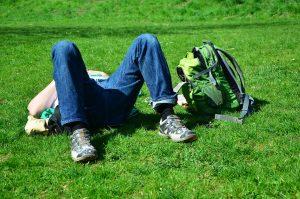 Afbeelding tiener liggend in gras