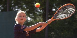 Kind leren tennissen